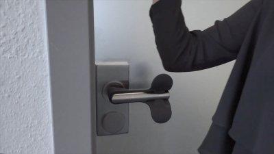 画像2: 【コロナウィルス対策商品】 ドアノブを握らずに開けられる 「ひじ掛けさ〜ん」