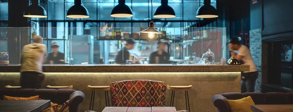 飲食店屋レストランやバーカウンターにパーティションがコロナウィルス感染症対策に効果的